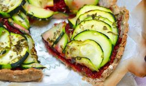 Tarte vegan aux courgettes et pesto de betterave