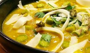 Velouté d'asperges vertes, curcuma et fromage de brebis