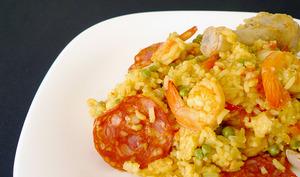 Paella aux crevettes, au chorizo et au poulet