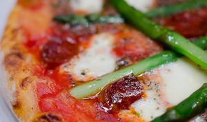 Pizza aux asperges vertes et au chorizo