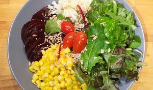Assiette composée riz, maïs, crudités, betterave