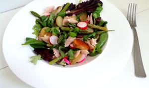 Salade au poulet rôti, pommes de terre sautées et asperges
