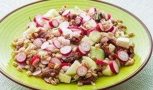 Salade de blé aux radis, tomates confites, concombre et fêta