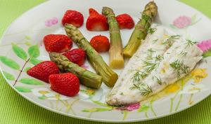 Merlu aux asperges vertes et aux fraises