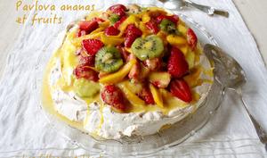 Pavlova ananas, fruits frais et crème coco