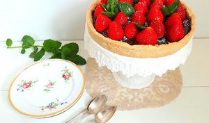 Tarte aux fraises et au chocolat au lait sur sablé shortbread