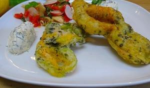 Beignets de fleurs de courgettes aux algues nori et quenelle de ricotta au citron, olives niçoises, et sa petite salade de tomates