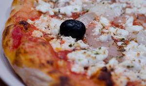 Pizza à l'oignon et à la feta