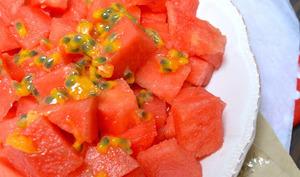 Salade de pastèque, fruit de la passion et citron vert