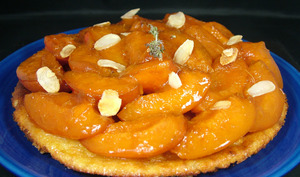 Tarte amandine à l'abricot poché au thym