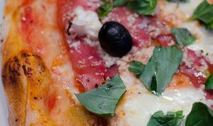 Pizza au jambon Serrano, au chou fleur et au piment d'Espelette