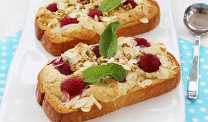 Brioche gratinée à la crème d'amandes et framboises