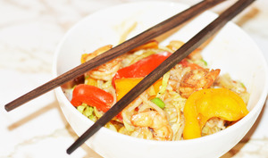 Nouilles, crevettes et légumes sautés