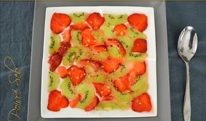 Carpaccio de fraises et de kiwis aux éclats de pistache