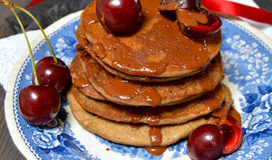 Pancakes au caroube, sarrasin et cerises noires