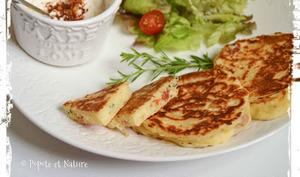 Pancakes salés aux tomates séchées et à la sarriette du jardin