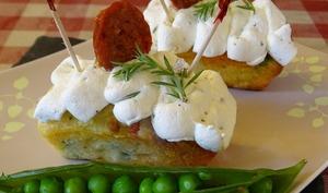 Mini-cakes au chorizo, petits pois et piment d'Espelette, chips de chorizo, chantilly ciboulette