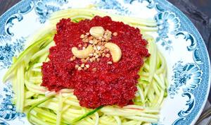 Spaghetti crus de courgette et sauce tomate betterave