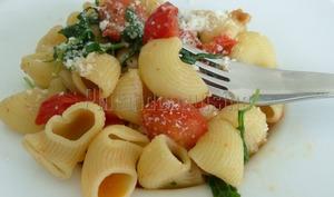 Pâtes à la roquette, tomates cerises et ail confit