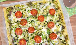 Pizza verte au pesto, courgettes, jeunes oignons et jambon cru
