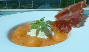 Soupe de melon, glace mozzarella basilic et chips ondulée de jambon cru