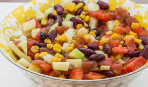 Salade de tomates, concombre, haricots rouges et maïs