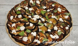 Tarte Tatin d'aubergines, miel, feta, basilic et pignons de pin
