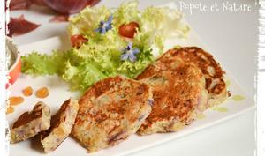 Pancakes salés aux lardons, oignons rouges confits, raisins et thym