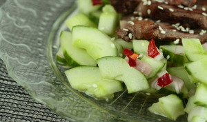 Salade de concombre aigre-piquante et bœuf grillé