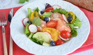 Salade fraicheur saumon fumé, myrtilles et tomates
