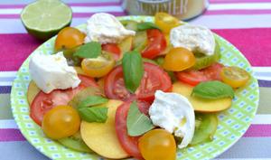 Salade d'été tomates, nectarines, basilic et burrata