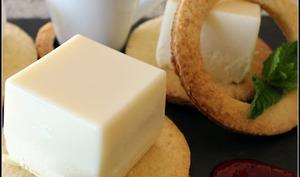 Cube de panna cotta au chocolat blanc sur sablé amande