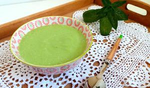 Soupe froide de petits pois aux poivrons et à la menthe poivrée