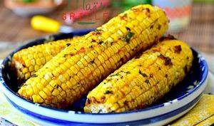 Épis de maïs grillé avec delicieuse marinade