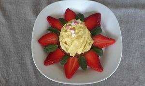 Croustillant praliné, chantilly pistache et sa fleur de fraises