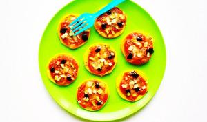 Pizzetas de courgettes rôties à la sauce tomato-cacahuètes et à la mozarella