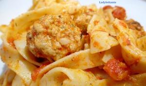 Tagliatelles à la tomate et aux boulettes de porc