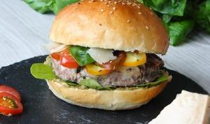 Burger italien pesto, tomate, parmesan, roquette