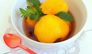 Pêches jaunes au sirop de thé vert à la menthe