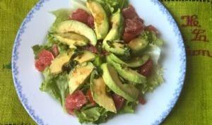 Salade d'avocat, tomate, pamplemousse