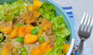 Salade de millet, petit-pois et nectarine, sauce tahini et tamari
