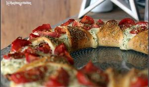 Pizza couronne étoilée à la ricotta , au basilic et aux tomates cerises