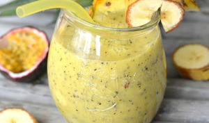 Smoothie ananas, fruits de la passion, banane