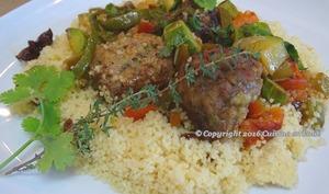 Boulettes de viande, menthe et coriandre fraîches, sauce curry madras et couscous aux raisins et menthe