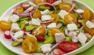 Salade de fèves, radis, fêta et menthe