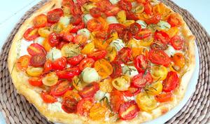 Tarte aux tomates cerises multicolores, concombre, ou courgettes, et fromage frais