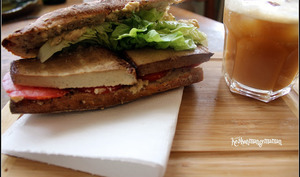 Sandwich végétalien au babaganoush et tofu fumé
