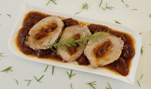 Rôti de porc caramélisé aux abricots et au romarin