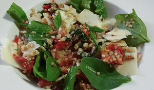 Salade gourmande au boulgour, quinoa, et pousses d'épinard