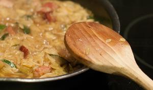 Orzo façon risotto aux courgettes, lard et pesto